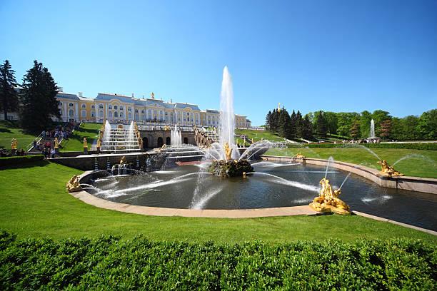 """fountains """"samson and lion"""", of petergof, saint petersburg, russia - peterhof stockfoto's en -beelden"""