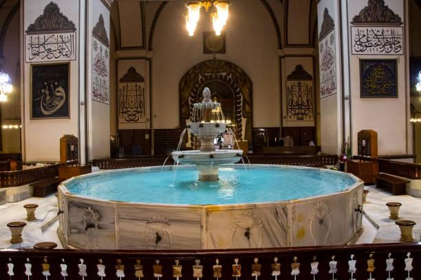 fountatin im inneren der großen moschee - indoor wasserbrunnen stock-fotos und bilder
