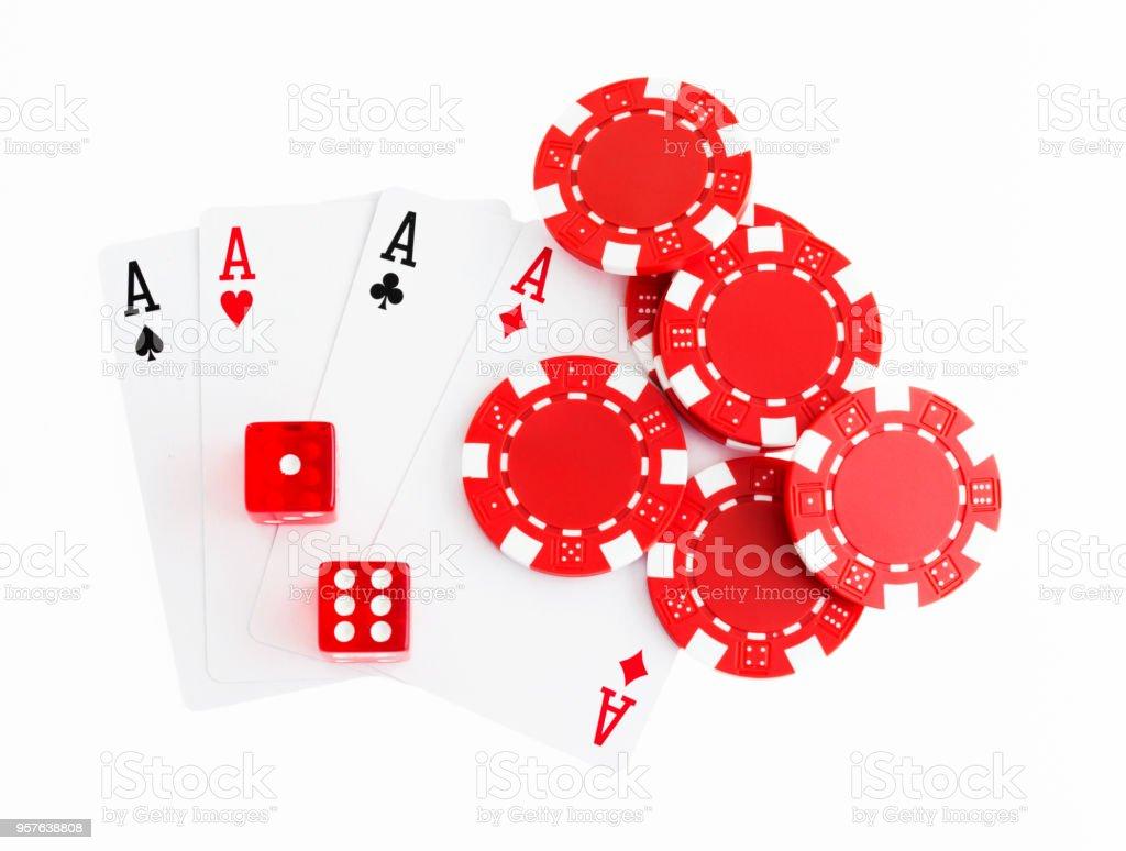 Quatre cartes ace et jetons de poker sur fond blanc - Photo
