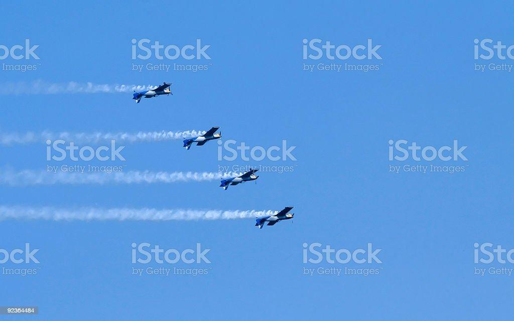 Vier Flugzeug am Himmel bei der einen Aerobic steuert Lizenzfreies stock-foto