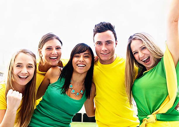 vier schöne weibliche fußball-fans und einem lächelnden mann - spielerfrauen stock-fotos und bilder