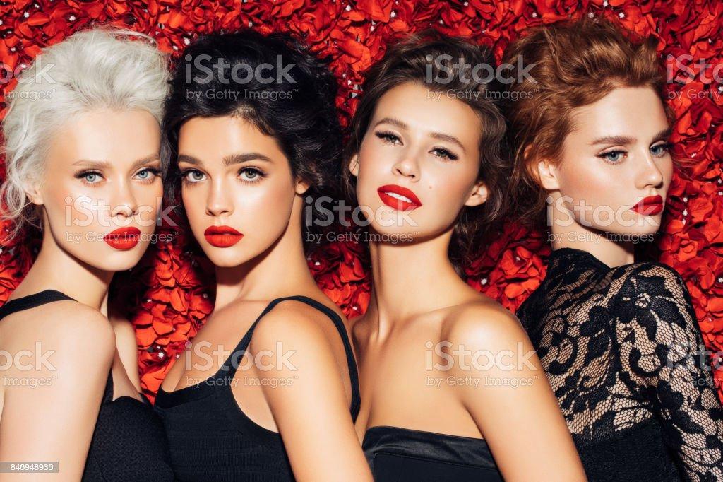Quatro belas garotas com make-up - foto de acervo
