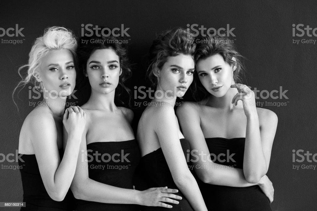 Vier schöne Mädchen mit make-up – Foto