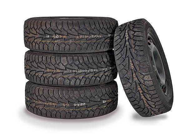 quatre nouveaux pneus d'hiver - rame pièce détachée photos et images de collection