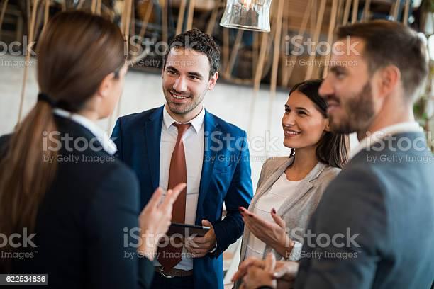 Vier Geschäftsleute Diskutieren Geschäftsstrategie Mit Digitalem Tablet Stockfoto und mehr Bilder von Analysieren