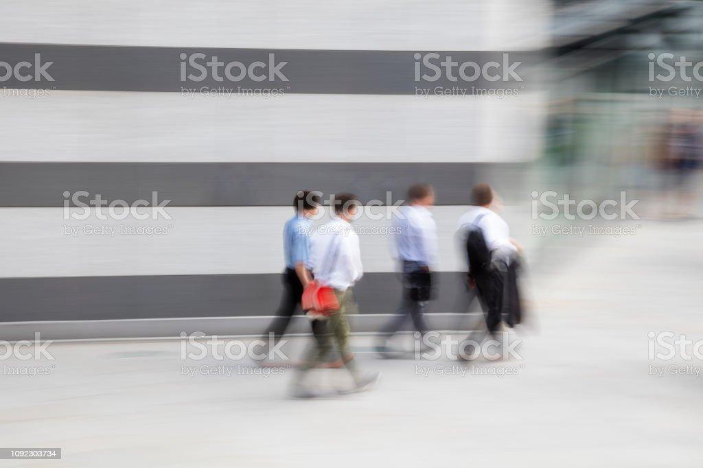 Vier Geschäftsleute zu Fuß zur Arbeit im Bankenviertel – Foto