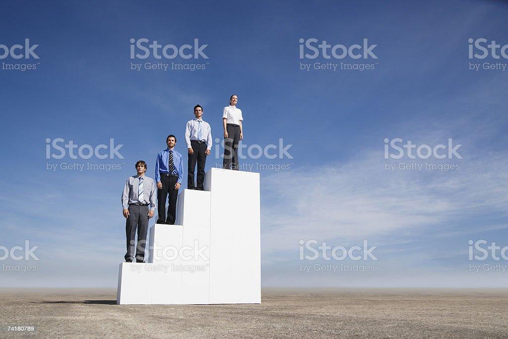 Quatro empresários de pé nas escadas ao ar livre foto de stock royalty-free