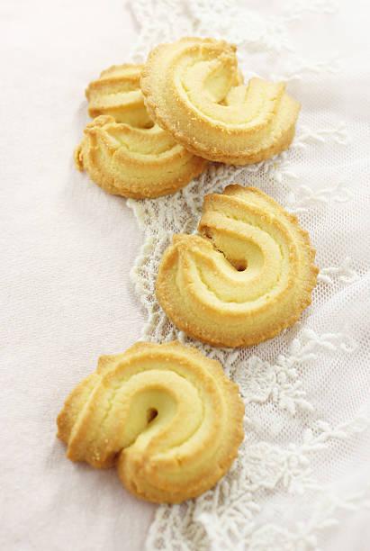 vier butter cookies - spitzenkekse stock-fotos und bilder