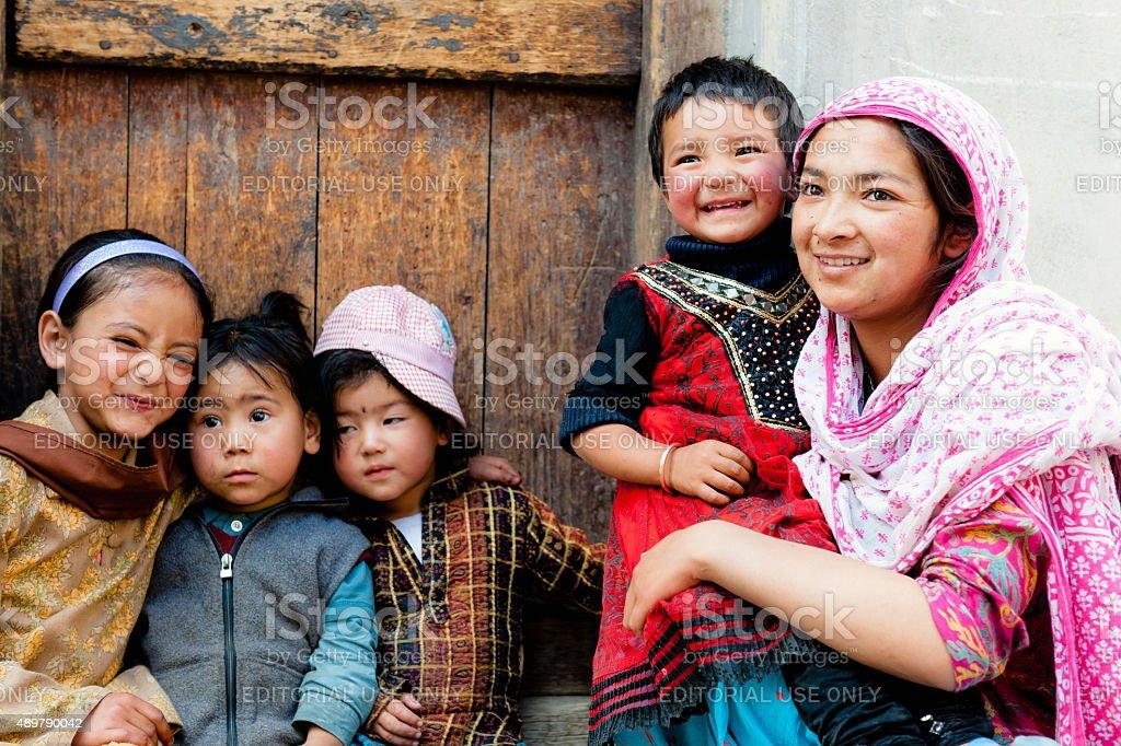 ecf40e0595cd2 Photo de stock de Quatre Enfants Un Dans La Grandmère Tibet En Inde ...