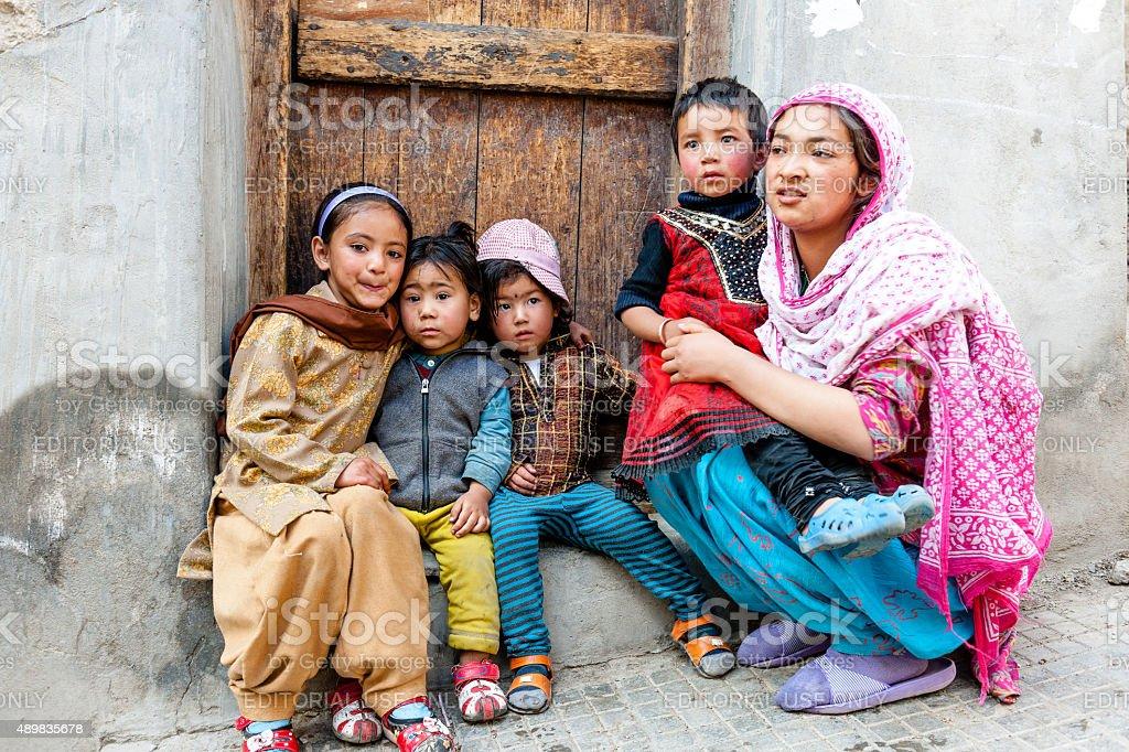 2576864383aa0 Photo libre de droit de Quatre Enfants Un Dans La Grandmère Tibet En ...