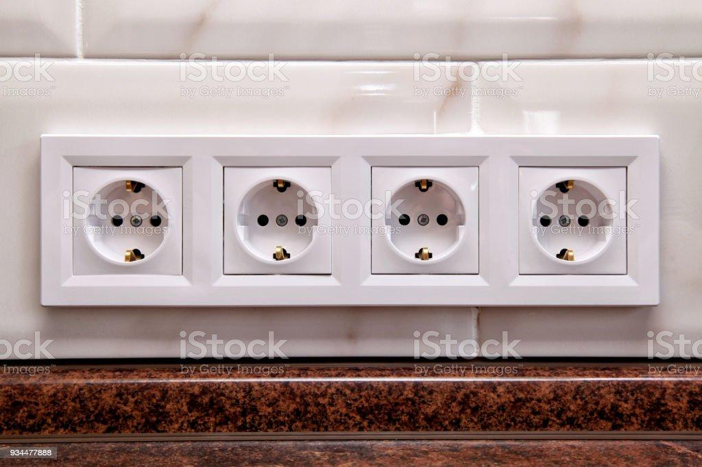 Vier Elektrische Steckdosen Auf Einer Küche Fliesen Wand ...