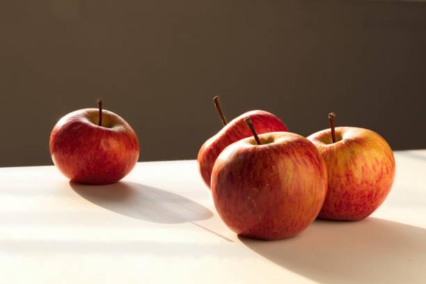 四個相等的蘋果。都一樣表達一個概念。圖像檔