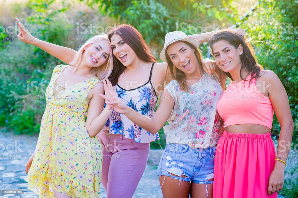 Cuatro Amigas Sonriente Mirando Hacia La Cámara Foto De Stock Y Más