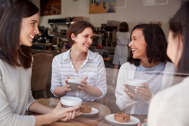4 女性お友達と喫茶店でコーヒーを飲みながらリラックス - 談笑する ストックフォトと画像