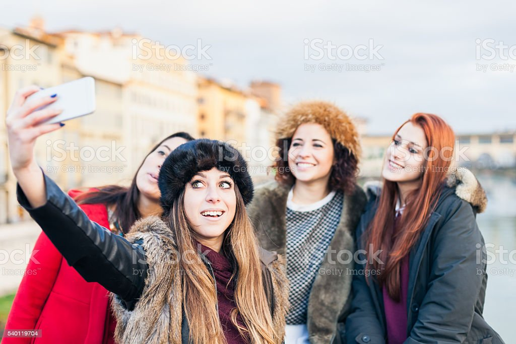 Cuatro Amigas Tomando Selfie En Un Puente De Florencia Foto De Stock