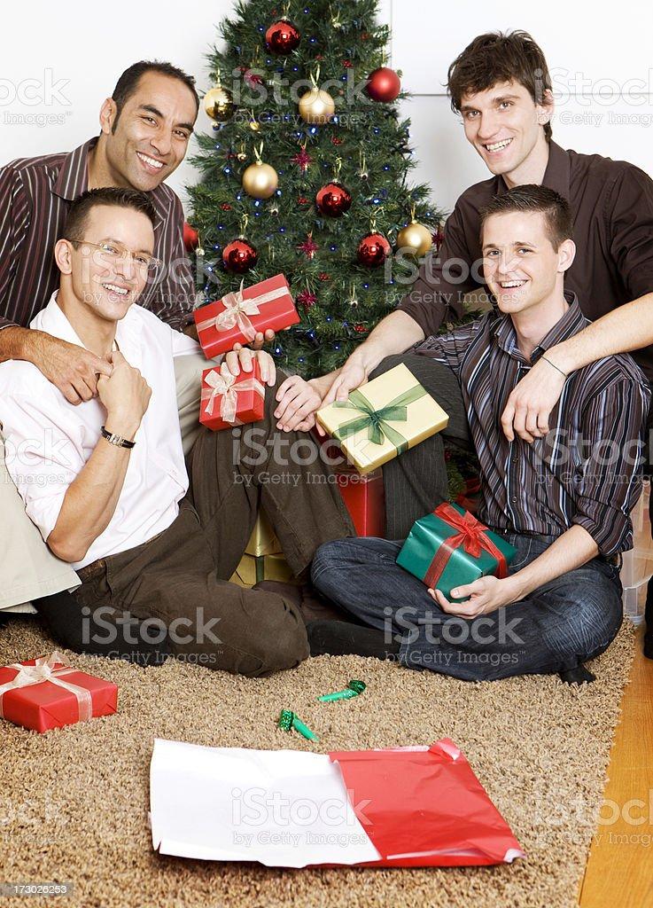Vier Freunde Tauscht Geschenke Im The Christmas Tree Stock ...