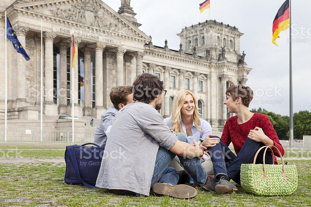 Vier Freunde vor dem Reichstag – Foto