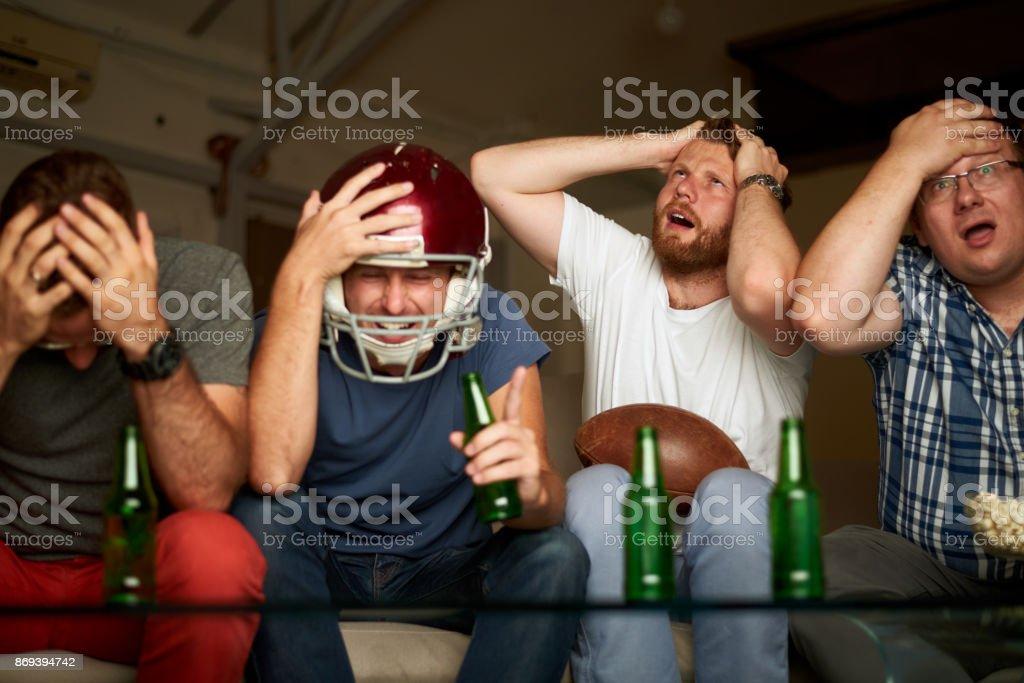 Vier Freunde, US-amerikanischer american-Football-Spiel im Fernsehen beobachten frustriert – Foto