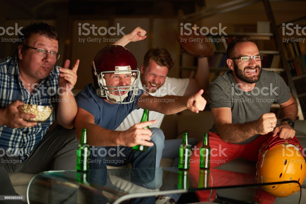 Vier Freunde Spiel im Fernsehen beobachten – Foto