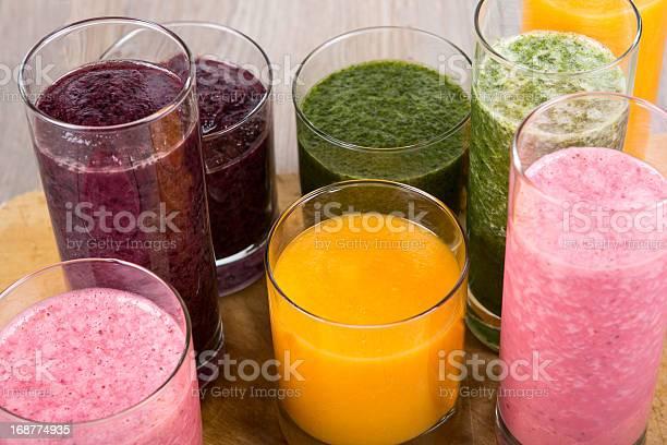 Cuatro Frutas Verduras Y Batidos Saludables Berry Foto de stock y más banco de imágenes de Alimento