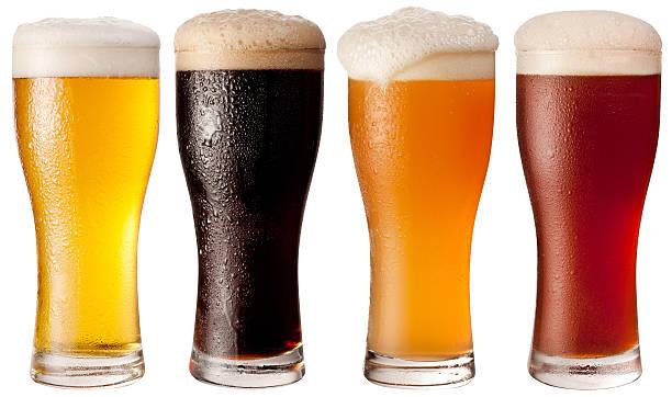 vier gläser mit verschiedenen bieren. - farbiges glas stock-fotos und bilder