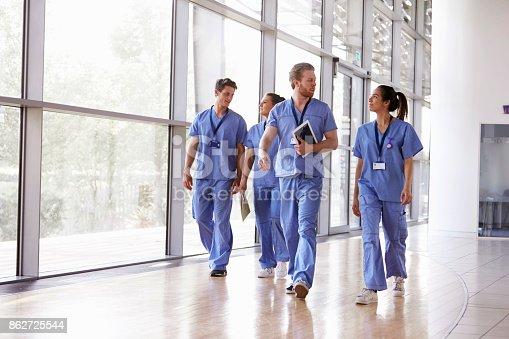 Vier Gesundheitspersonal In Scrubs Zu Fuß Im Korridor Stock-Fotografie und mehr Bilder von Afro-Amerikanischer Herkunft