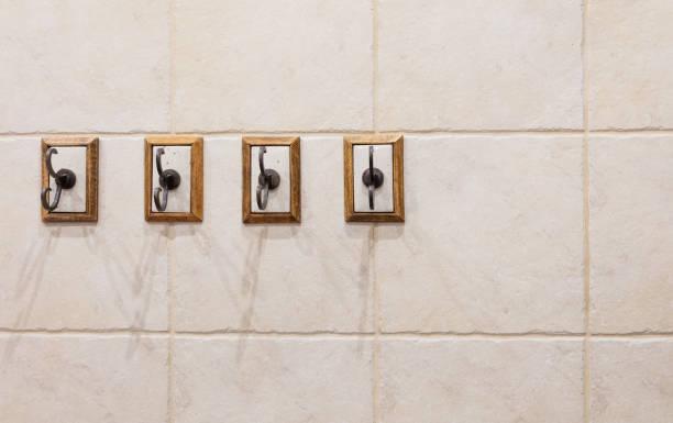 vier haken an der wand des badezimmers - einbauspots stock-fotos und bilder