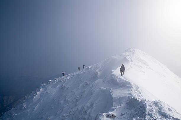 4 つの氷のクライマースケーリング、山の山頂 - アイスクライミング ストックフォトと画像