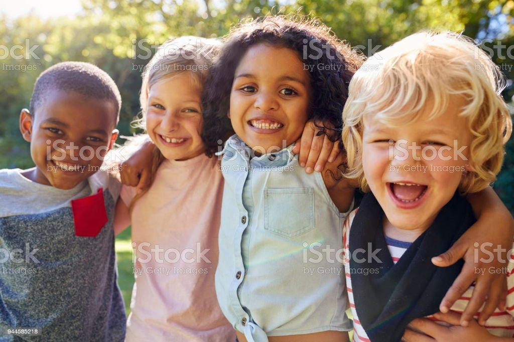 Cuatro niños salir juntos en el jardín foto de stock libre de derechos