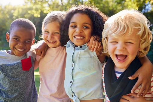 Photo libre de droit de Quatre Enfants Traîner Ensemble Dans Le Jardin banque d'images et plus d'images libres de droit de Afro-américain