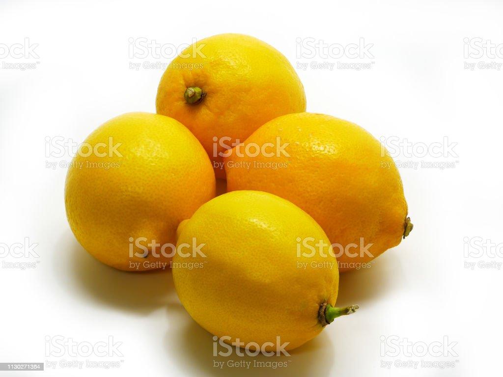 4 Zitronen auf weißem Hintergrund – Foto