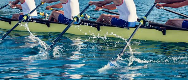 quatre hommes dans une barque - équipe sportive photos et images de collection