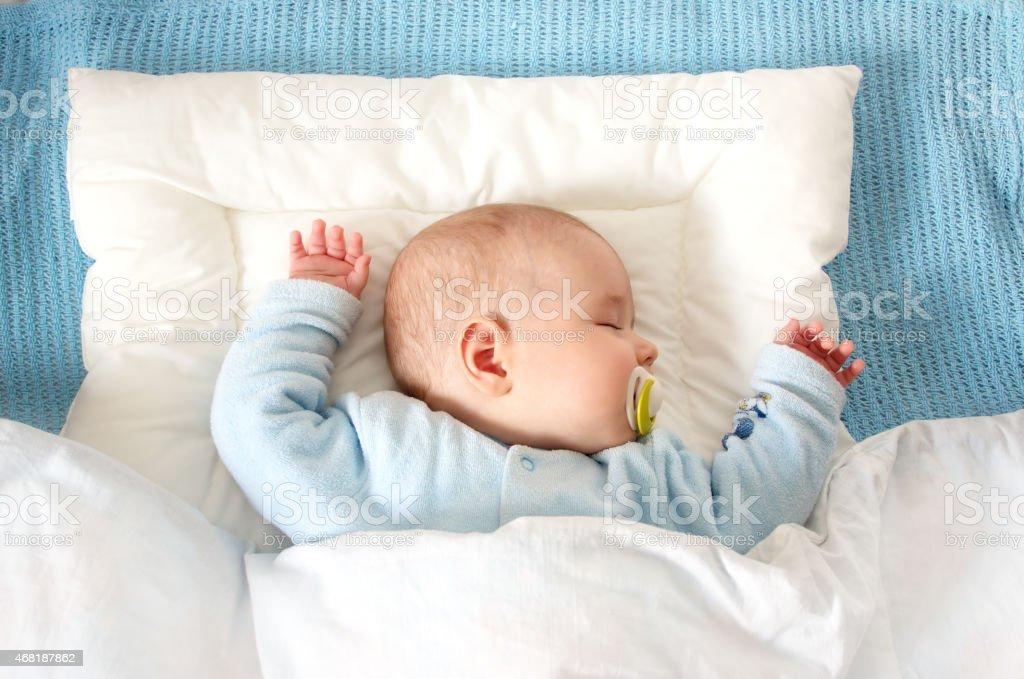 Quatro meses bebê em cobertor dormindo azul - foto de acervo