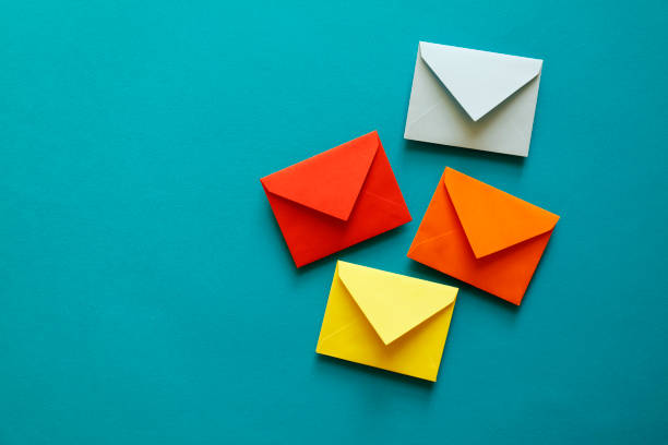4つのマルチカラーの封筒 - 豊富 ストックフォトと画像