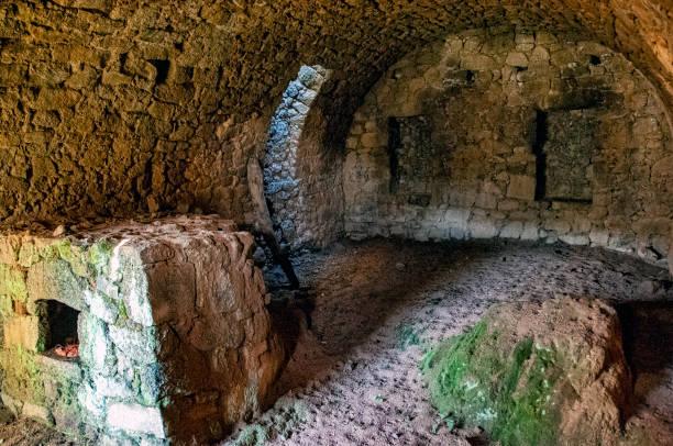 four à pain dans une ruine un four à pain dans une maison Corse en ruine ruine stock pictures, royalty-free photos & images