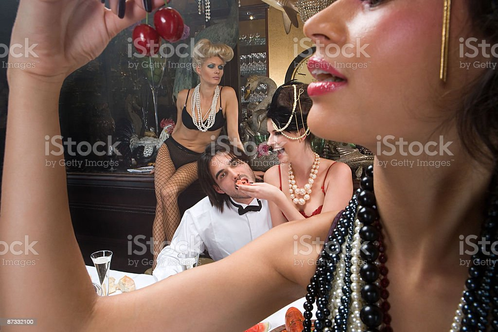 Quatre personnes en configuration banquet photo libre de droits