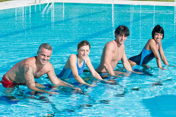 Lächelnd fitness Menschen Training im Swimmingpool – Foto
