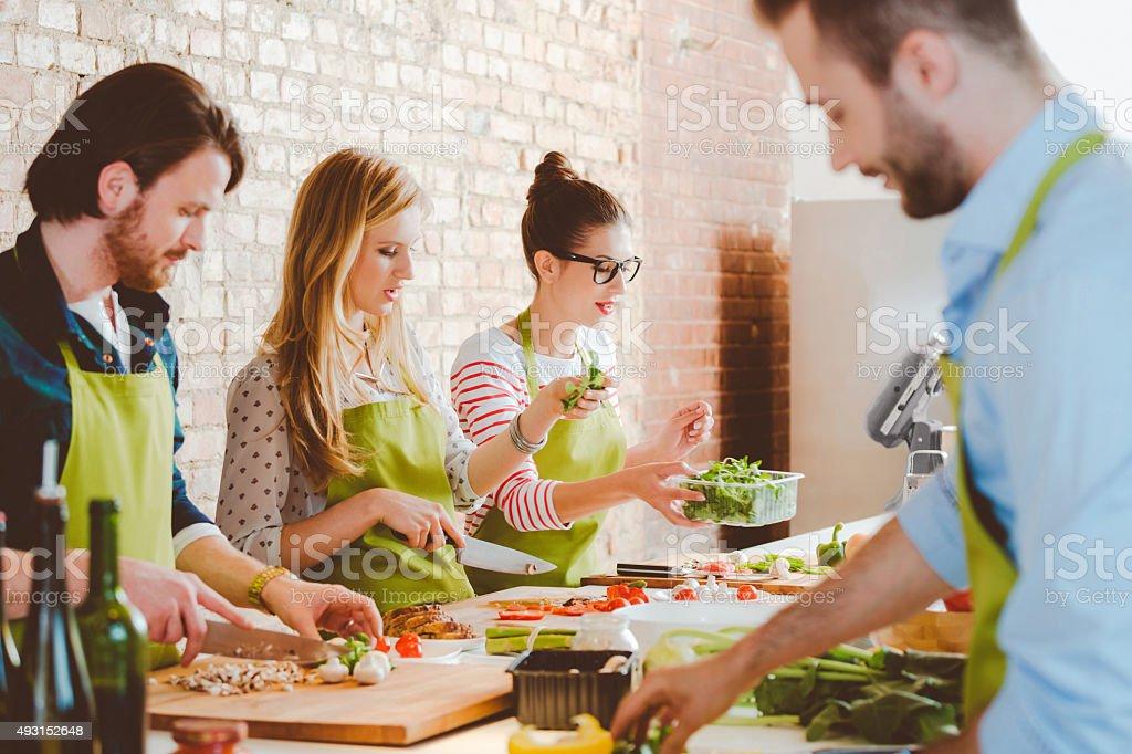 Clases De Cocina | Cuatro Personas Participar En Clases De Cocina Stock Foto E