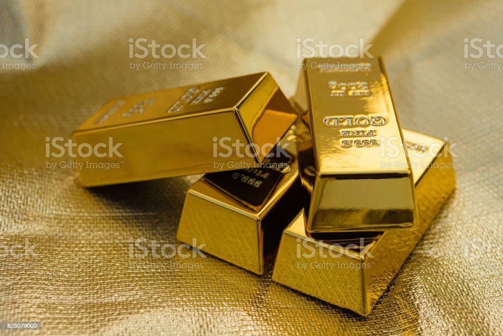 quatro pedaços de barras de ouro em um fundo dourado - foto de acervo