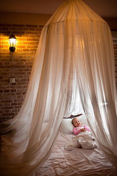four-poster bed - himmelbett baby stock-fotos und bilder