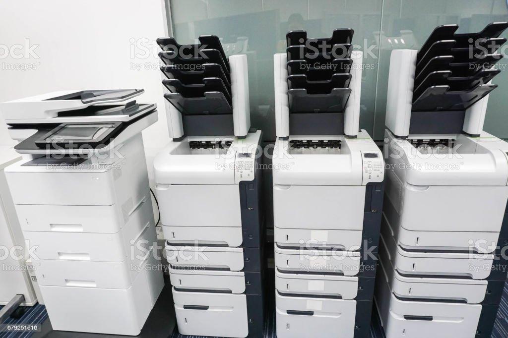 quatre machines imprimante de bureau prêt pour documents commerciaux photo libre de droits