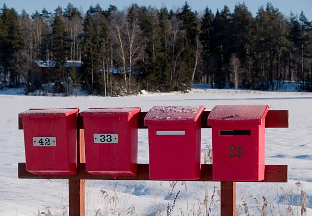 Vier Rote frost bedeckt Briefkasten – Foto