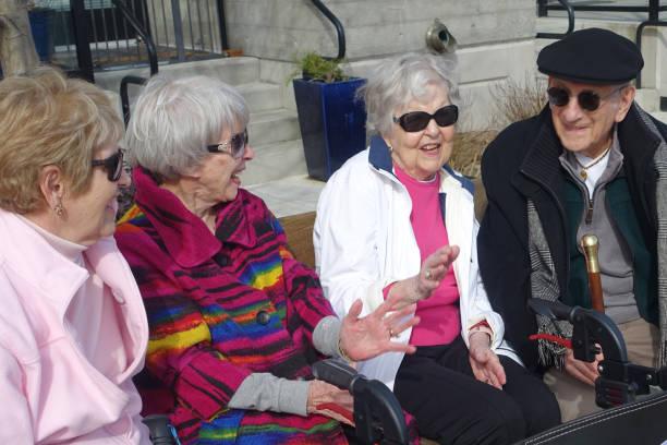 Vier Senioren genießen sonnigen Tag – Foto