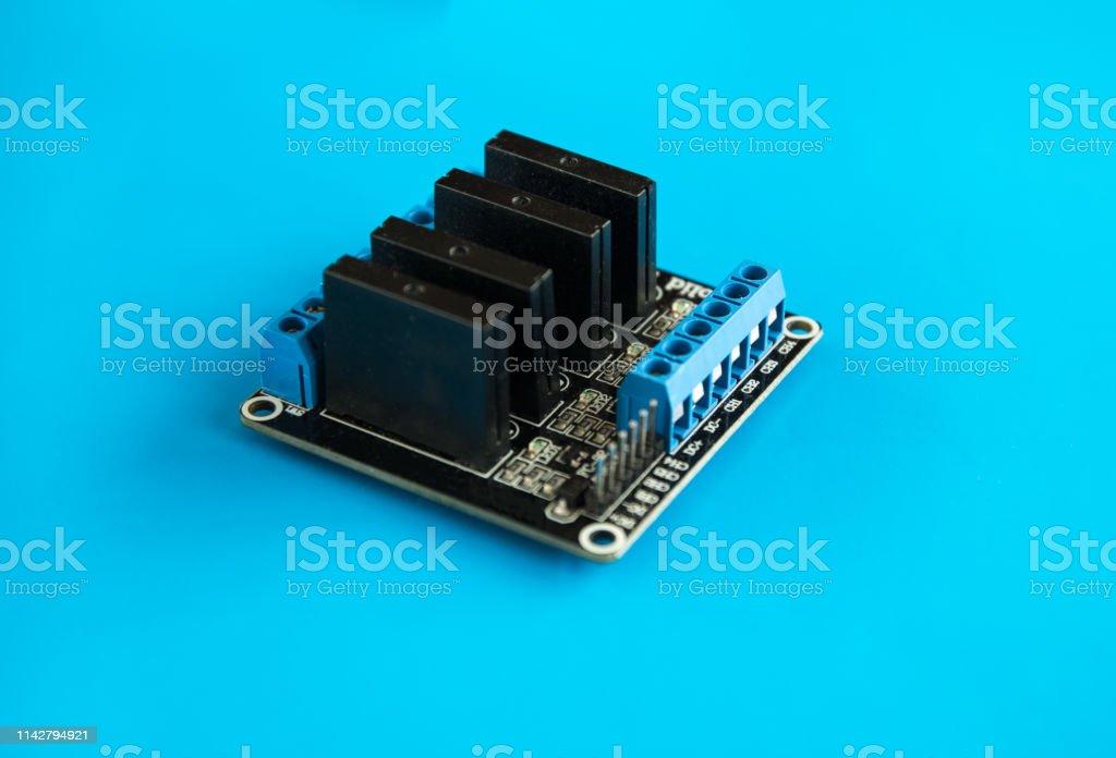 cuatro módulos de relés de estado sólido para el microcontrolador Arduino - foto de stock