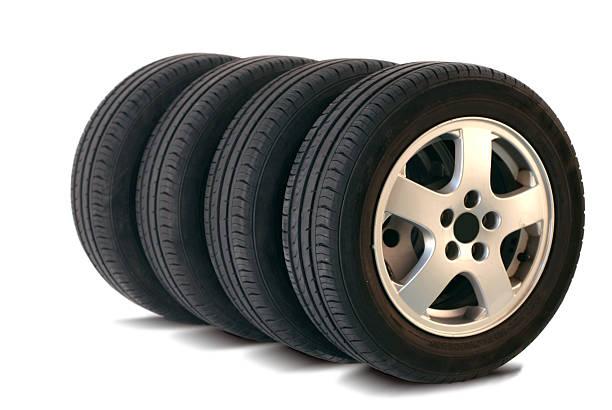 quatre pneus d'été - rame pièce détachée photos et images de collection