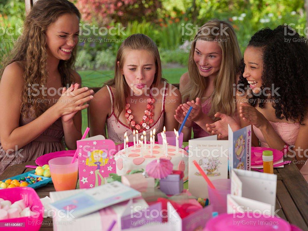 Vier Teenager-Mädchen auf Geburtstagsparty Lächeln im Freien – Foto