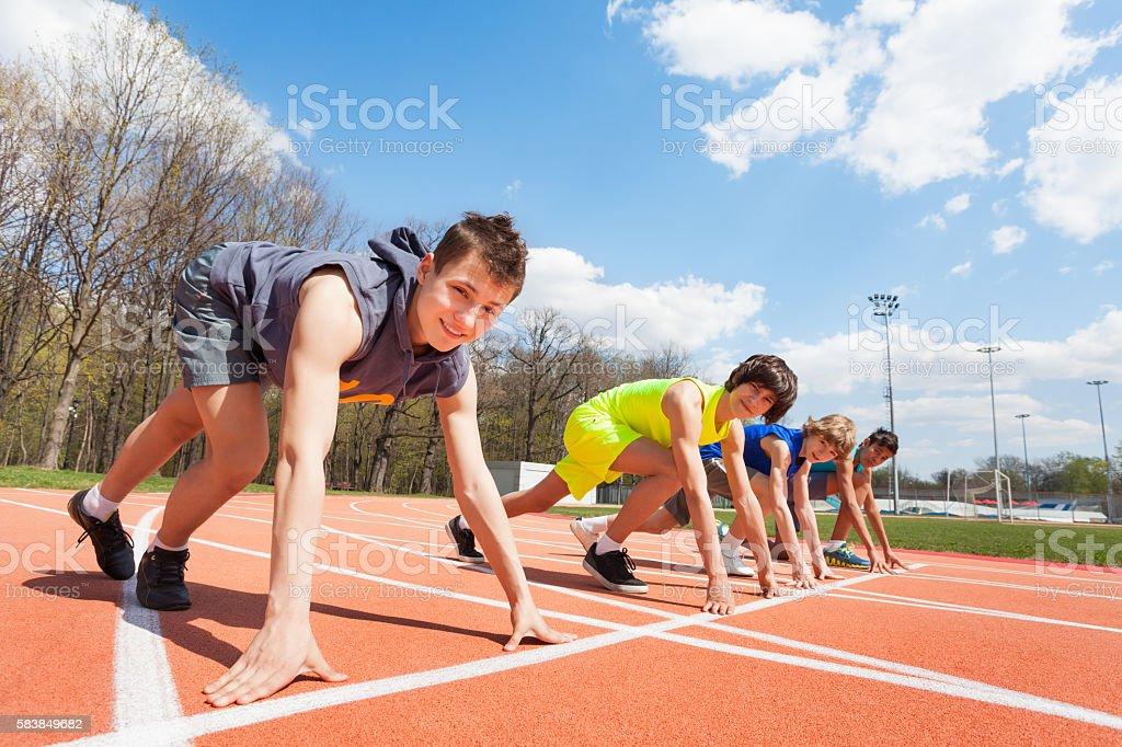 Vier Teenager-Läufer standen bereit für sanat - Lizenzfrei Jungen Stock-Foto