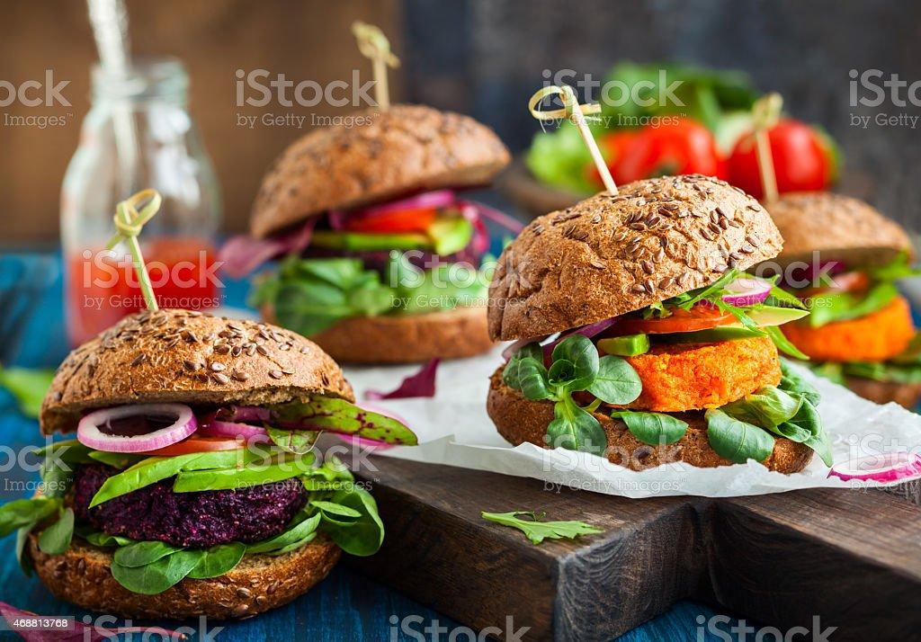 野菜のビート、ニンジンハンバーガー、アボカド ストックフォト