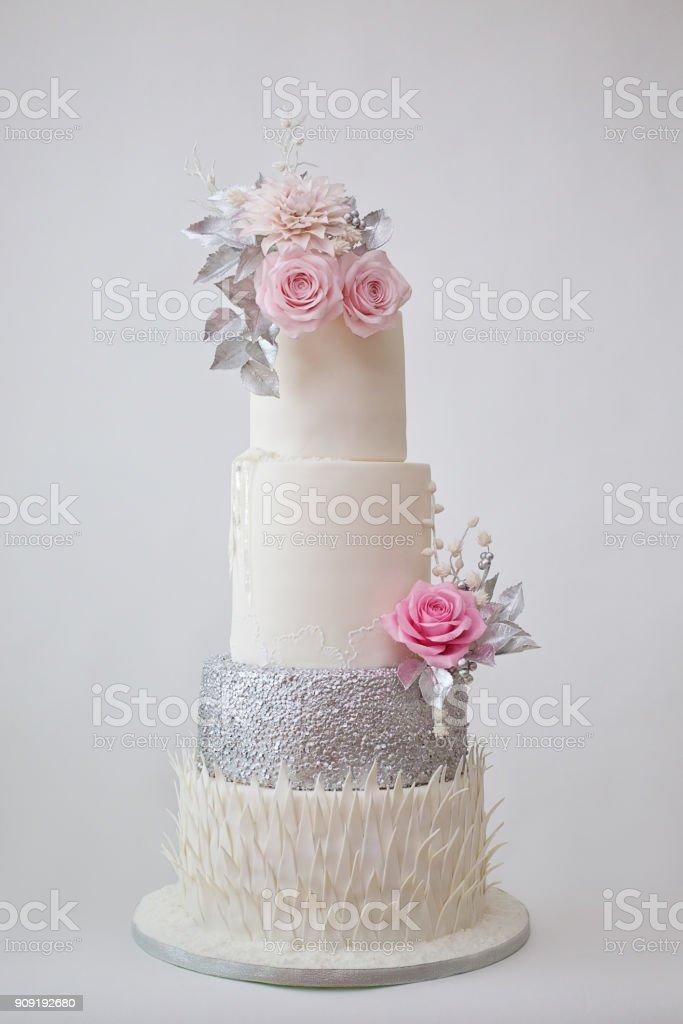 Gâteau De Mariage Blanc Avec Une Décoration Dargent Sur La Table