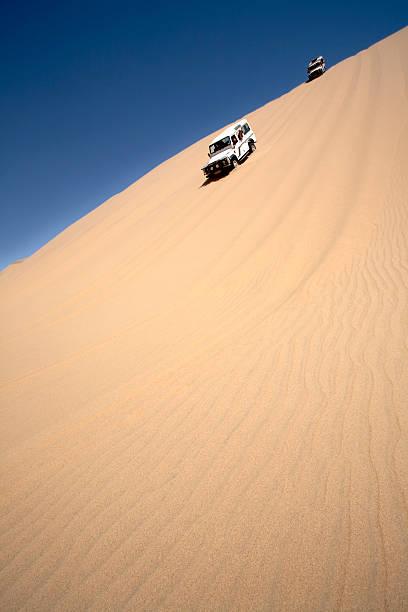 Vier Rad Auto auf Dünen in der Sandwüste in Namibia – Foto